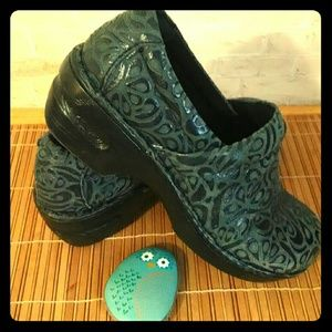 ⭐️Born Women's clog shoe paisley design 7.5